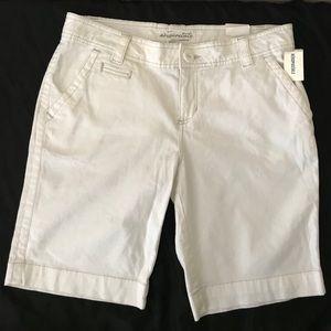 Aeropostale Shorts size 13/14 off white bermuda's